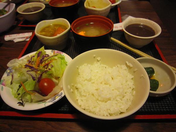 定食有沙拉 加哩 味增湯 紅豆湯 跟主菜