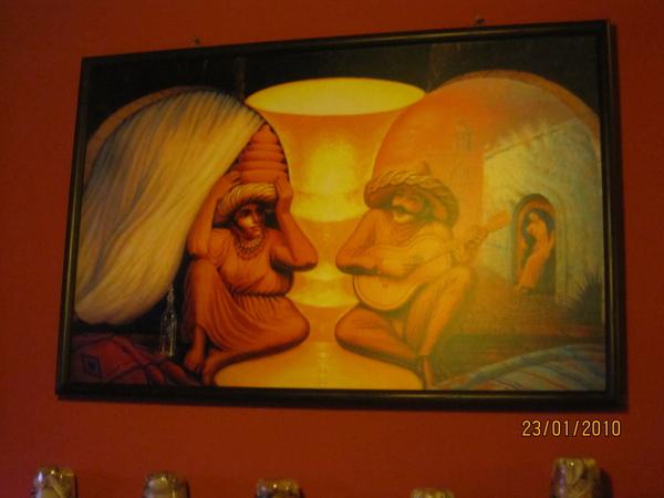 很特別的畫喔 近看是兩個小一點的人 遠看是阿婆跟阿公