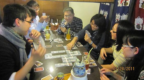 喝著飲料 玩牌 好久沒這樣子了