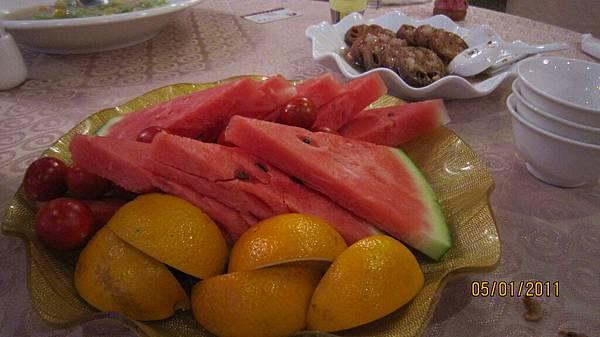 最後的水果 只剩我跟肥璋兩人在吃了