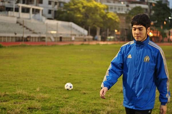 我哥最愛踢足球了~