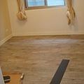 5樓房間貼木紋磚完成