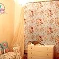 客床抱枕與窗簾是同一色系