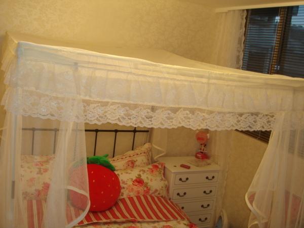 蚊帳上方有蕾絲