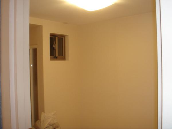 這房間只有一小個窗一個通往儲藏室的落地門