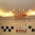 客廳背牆與假水晶燈