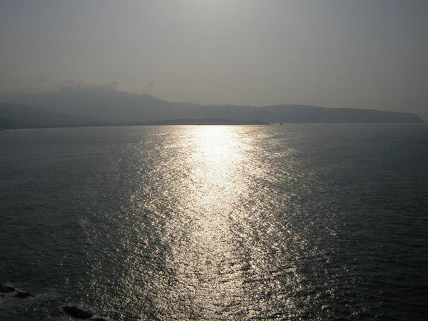 陽光灑在大海中