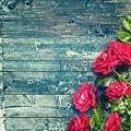 31580261-rosas-rosadas-en-rústica-mesa-de-madera-azul-fondo-romántico-floral-marco-concepto-de-día-de-san-valentín.jpg