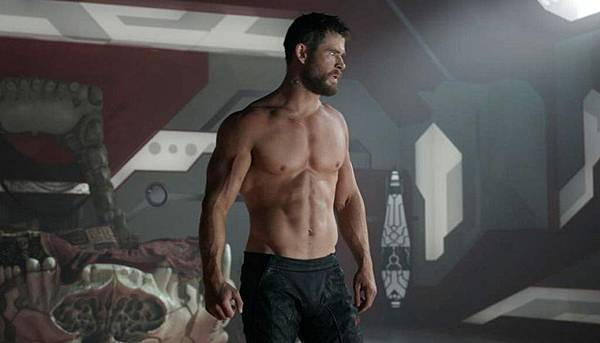 marvel_chris-hemsworth-shirtless_261017_1120.jpg