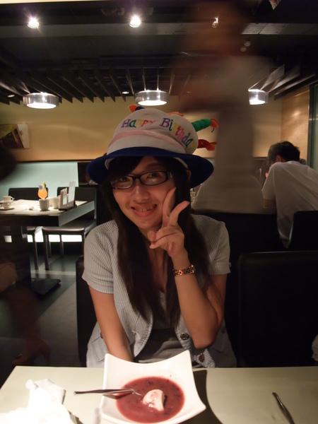 第一站是陶板屋慶生 戴上生日帽照相