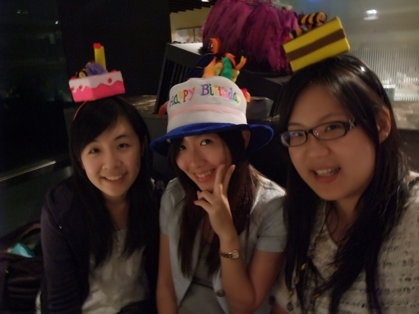 三個人都戴上了生日帽XD