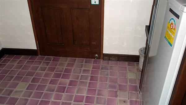 地板是瓷磚