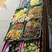 一艘裝滿各類果物的船