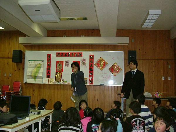 與小學生交流