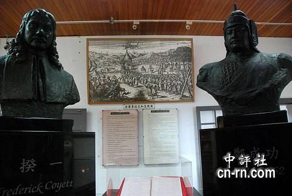 荷蘭最後一任駐台的大員長官揆一(左)與鄭成功像(右).JPG