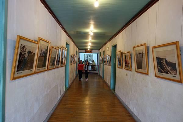 走廊的兩側是老照片.jpg