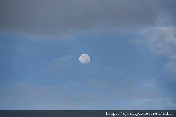 月亮在高掛天空耶