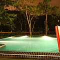 夜晚的游泳池超美