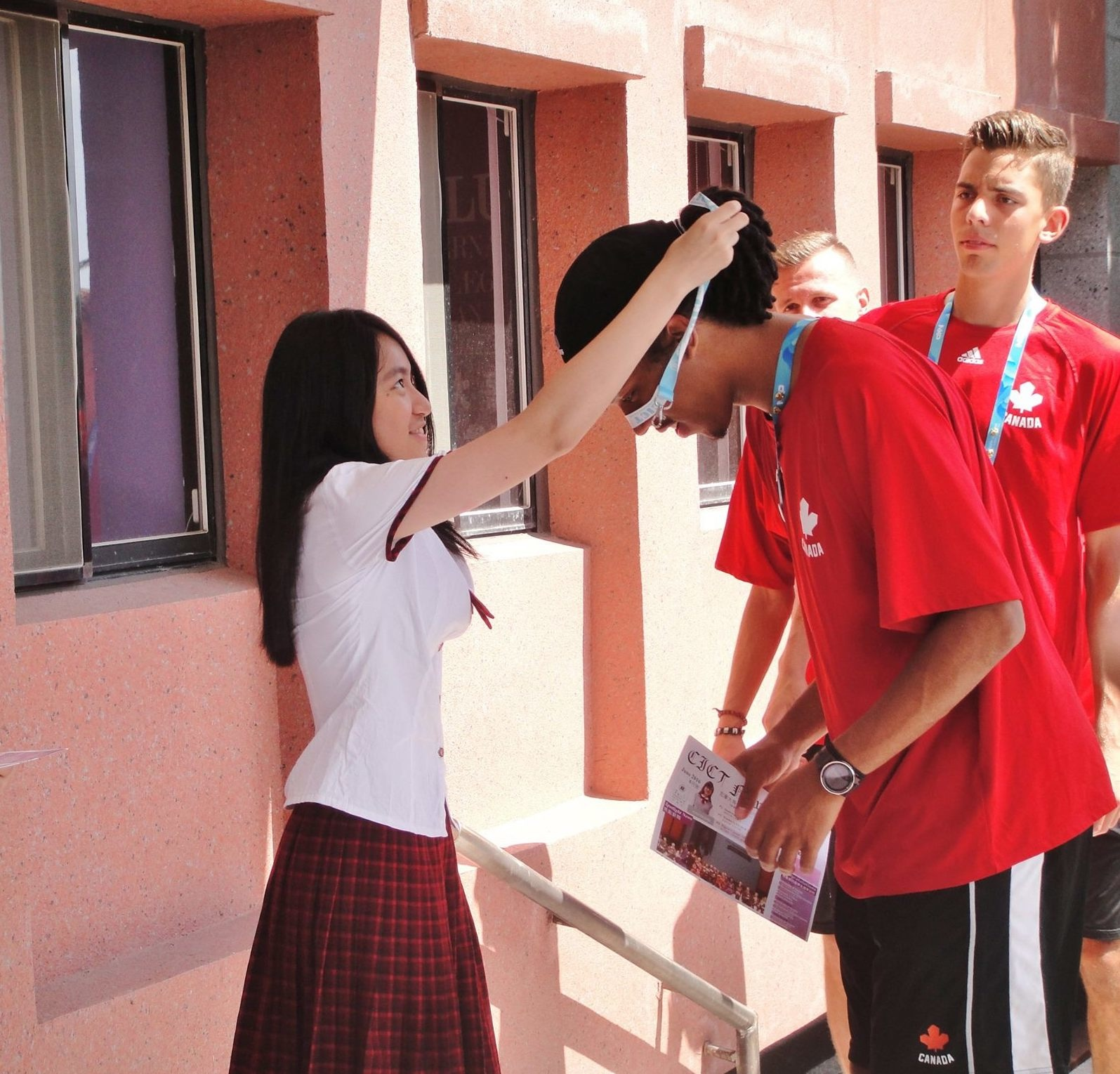 世大運選手參訪台灣在地高中,教球、訪談、自拍...這所學校學生太幸福!