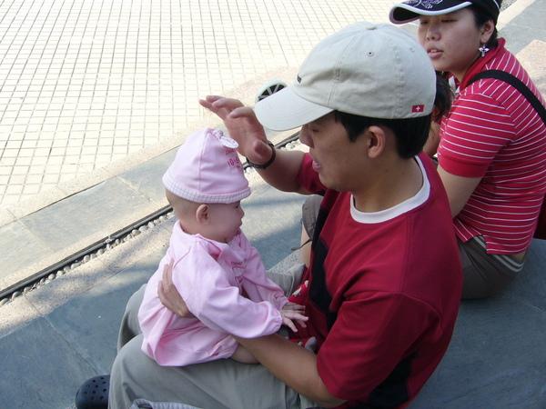 小蟳:ㄚ伯~你怎麼把我的帽帽帶這樣捏><