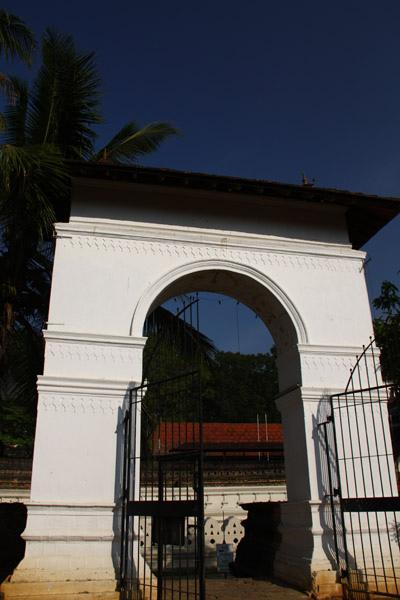 那哈迪瓦拉亞寺(Natha Devalaya)大門