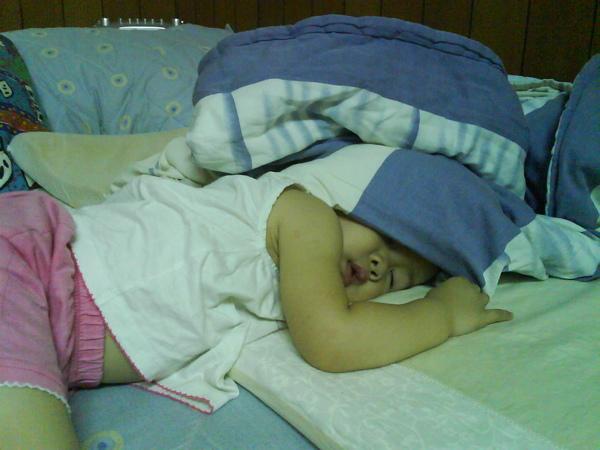 累翻了這樣也能睡~