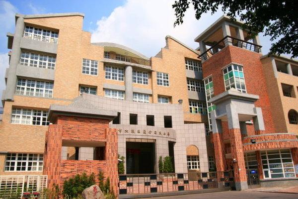 登山路旁邊的學校.jpg