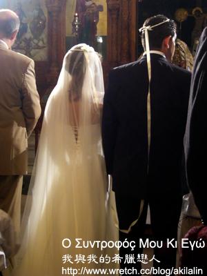 頭冠上相繫兩人的絲帶