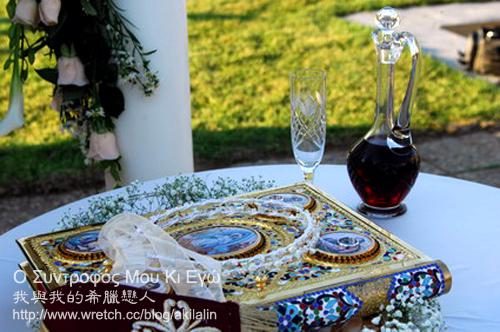 祭壇上的花冠、婚戒與聖書聖酒