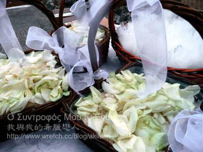 白玫瑰花瓣、生米粒、喜糖籃