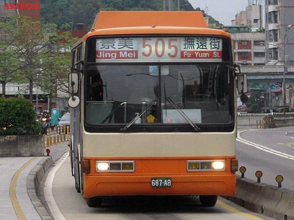 505路  687-AB(車頂改為橘色).jpg