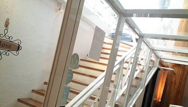 明亮的樓梯口~~