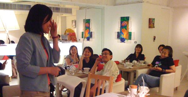 大家都很認真聽著曼萍的畫作!