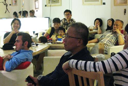 老闆也攜家帶伴來聽這場人聲合唱音樂會。