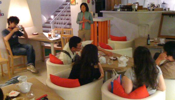 座談會之前 曼萍和我要了杯.. 加鮮奶油的琥珀優格茶!