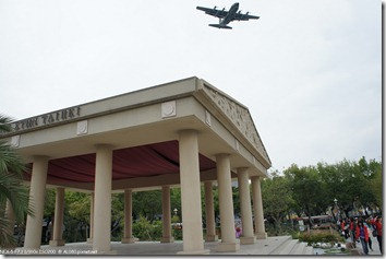 DSC00272_希臘區與天空飛過的軍機