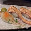 阿宏日式料理-炙燒鮭魚腹及比目魚鰭邊握壽司3