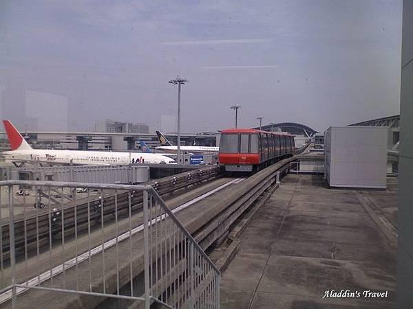 接駁電車開往停機坪,我們真的就要飛回台北了。再見,關西!