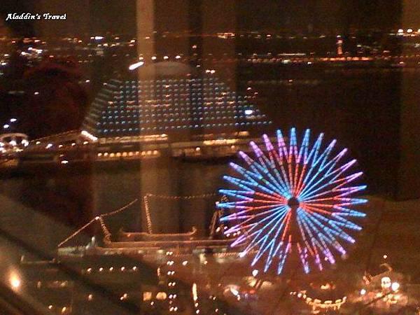 在「阪急百貨」景觀電梯內拍「Harbourland」及「Mosaic廣場摩天輪」夜景