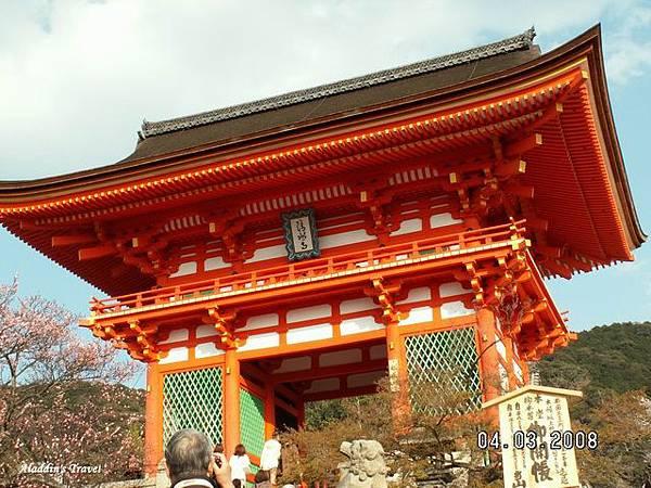 「清水寺」朱紅仁王門,與其他寺院的風格迥然不同,也是著名地標