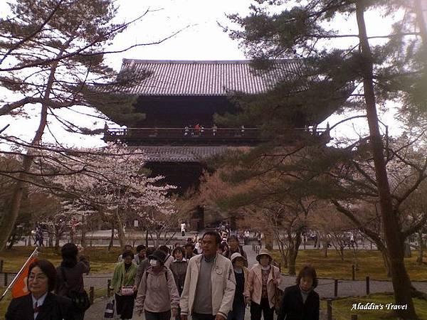 從遠距離拍攝南禪寺山門正面,算是一睹廬山真面目,雖然還有日本旅行團女領隊