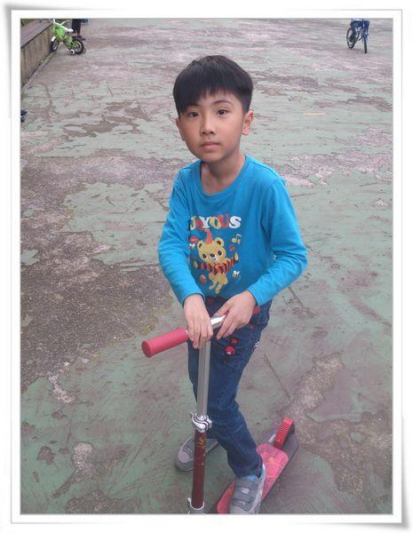 玩滑板車和打羽毛球@華夏科技大學