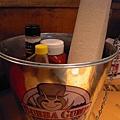 醬料跟面紙就放在水桶裡