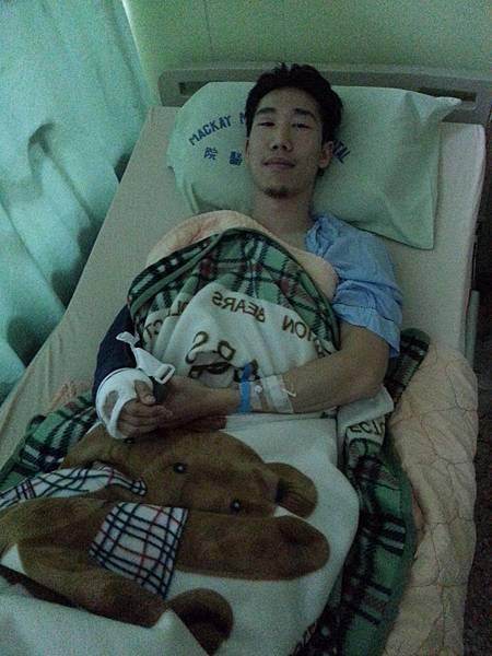70公斤級男子選手比賽時右手饒骨意外骨折住院