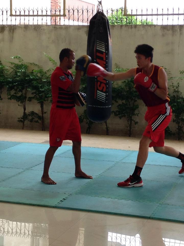 楊孟諺教練與世界職業拳王 Amnat Ruenroen 打靶訓練