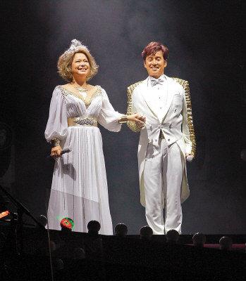 譚詠麟(右)和杜麗莎以王子公主的打扮開唱。(圖:東方日報提供)