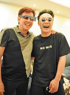 陳奕迅(右)首張以個人名義製作的廣東專輯「…3mm」,MV邀譚詠麟合作。