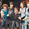 香港樂團Mr.來台開唱,譚詠麟(左四)站台。.jpg