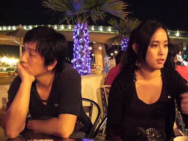 看起來貌合神離,其實如膠似漆的couple...(句句食言)