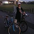老婆一路硬撐都不休息,終於回到自行車道的入口